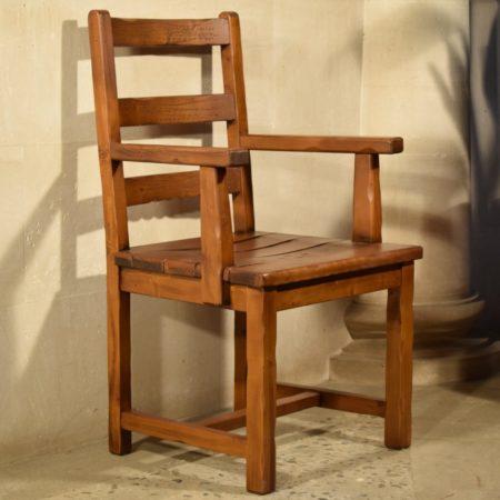 Sillón rústico bajo asiento de madera