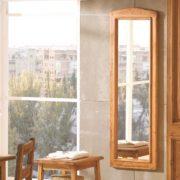 Marco rústico vertical con espejo.