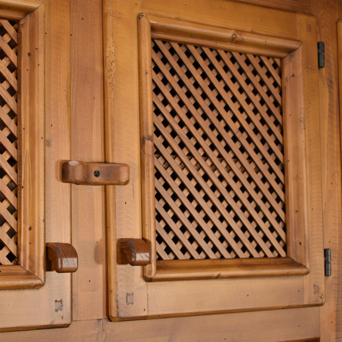 Aparador r stico de madera grande con altillo de puertas for Puertas grandes de madera