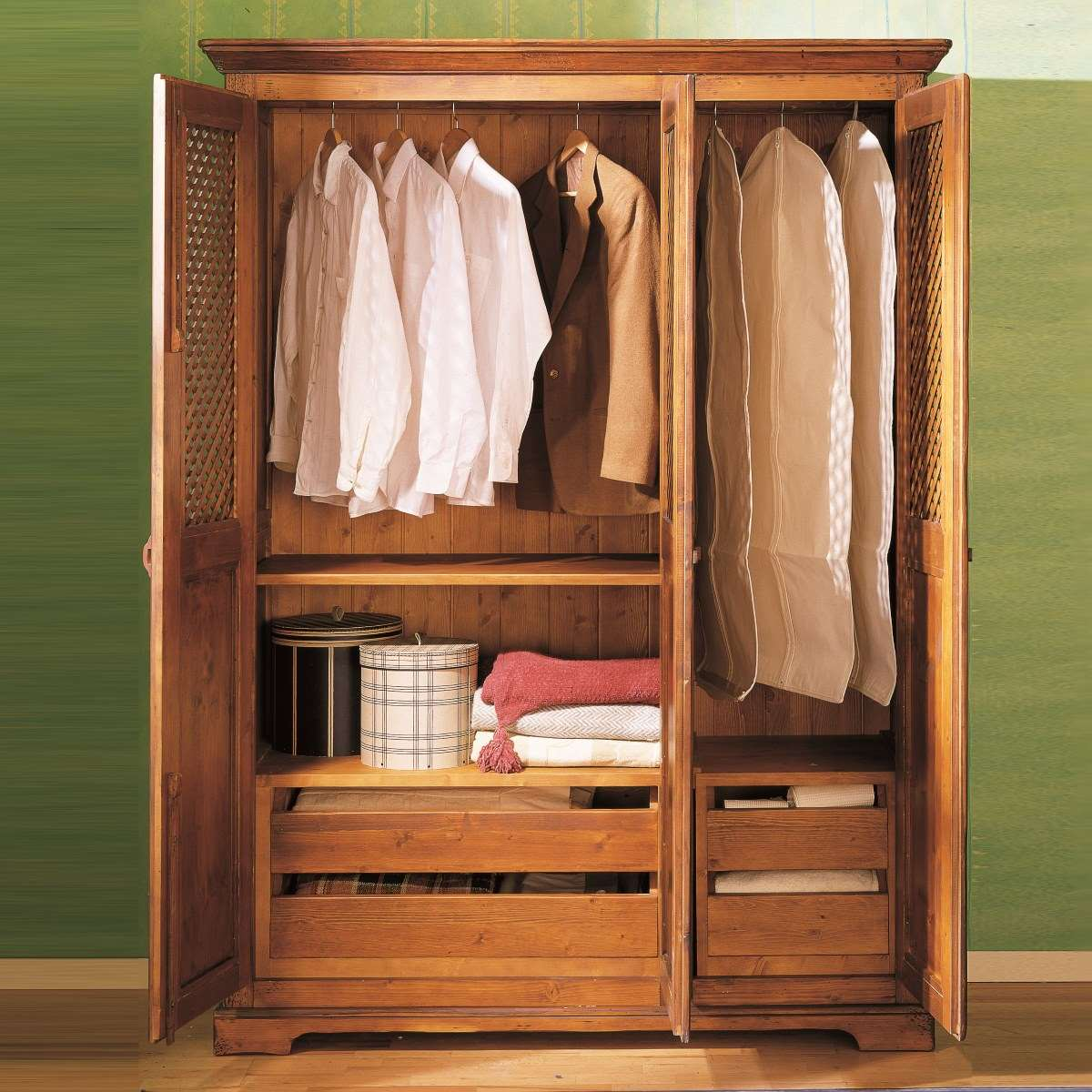 Armario r stico de madera en tres puertas ecor stico for Disenos de roperos para dormitorios